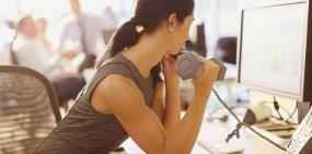 5 упражнений, которые можно делать в офисном кресле (или рядом с ним)