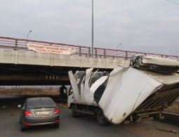 """Мост с надписью """"Газель не проедет"""" поймал 146-ю жертву"""