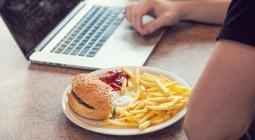 Люди становятся несчастными, регулярно обедая в одиночку, выяснили ученые