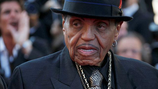 Отца Майкла Джексона обвинили в химической кастрации сына ради голоса