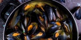 Море зовет: мидии в томатном соусе и кальмар с чесноком