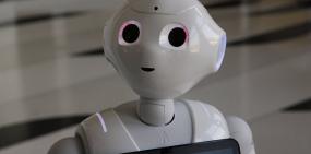 Неуместно шутил: первого робота-продавца