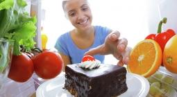 Снеки под сериал и тарелка борща: эксперты рассказали о вреде еды на ночь