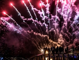 Команда из США лидирует после первого дня фестиваля фейерверков в Москве