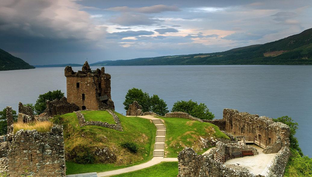 Замок Уркхарт на озере Лох-Несс в Шотландии