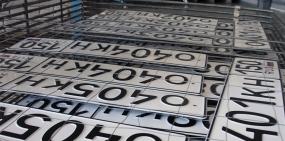 В России начнут выдавать автомобильные номера новой формы и размера