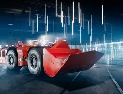 Видео: 38-тонный беспилотный погрузчик едет по стеклянному лабиринту