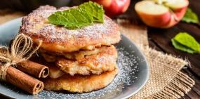 Рецепты осени: творожные оладьи с яблоками