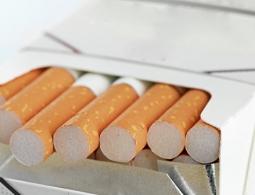 """Минздрав прорабатывает вопрос введения """"обезличенных"""" пачек сигарет"""