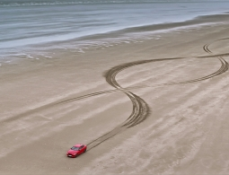 Видео: два спортивных Jaguar рисуют цепочку ДНК на песке