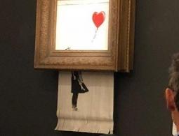 """Бэнкси рассказал, как должна была разрезаться картина """"Девочка с шаром"""""""