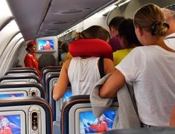 Ученый рассказал, почему опасно пить кофе и чай в самолете