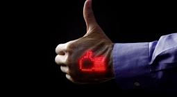Ученые создали эластичный дисплей, который можно приклеить на тело