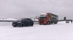 Видео: кроссовер Tesla буксирует 43-тонную фуру по снегу