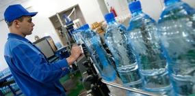 Стало известно, сколько пластика попадает в организм с бутилированной водой