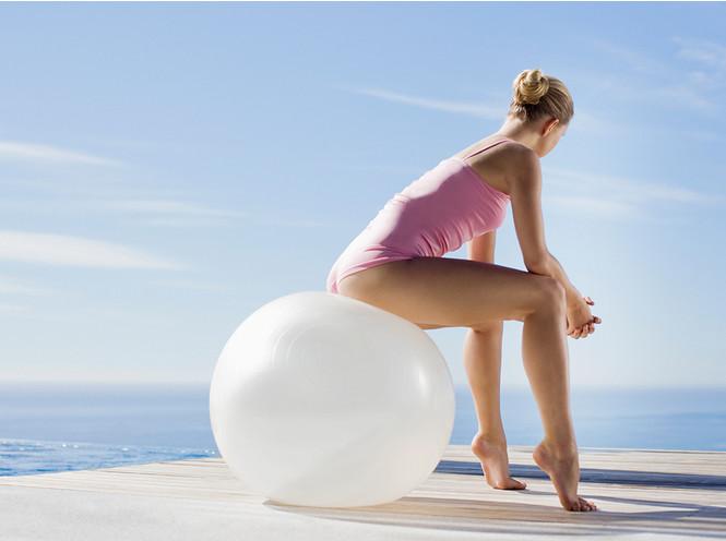 Девушка на шаре: комплекс упражнений с фитболом